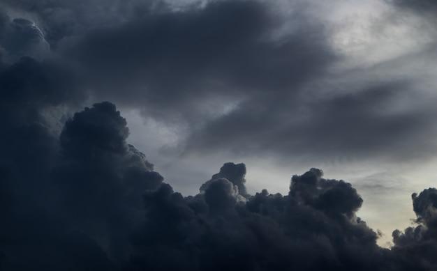 Vor starkem regensturm. am himmel ist alles von den wolken bedeckt. Premium Fotos