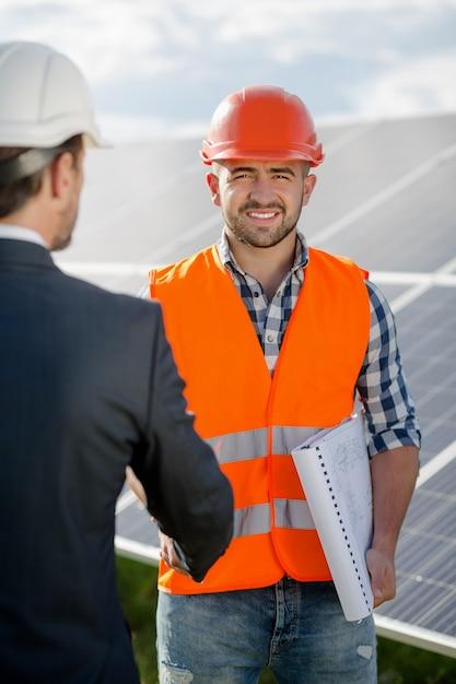 Vorarbeiter, der einem geschäftskunden hand rüttelt. Premium Fotos