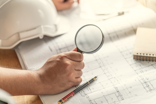 Vorarbeiter inspektor defekt über ingenieur & architekt arbeiten hausbau vor abschluss des projekts Premium Fotos