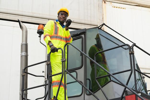Vorarbeiter logistikpersonal mit schutzhelm und walkie talkie Premium Fotos