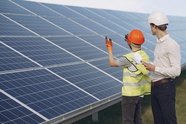 Vorarbeiter und geschäftsmann an der solarenergiestation. Kostenlose Fotos