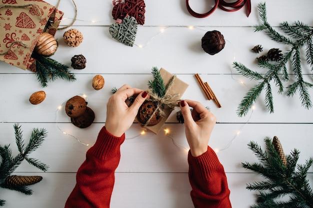 Vorbereiten für weihnachten. weihnachtshandwerk, tannenzapfen, tannenzweigen, weihnachtsbeleuchtung. Kostenlose Fotos
