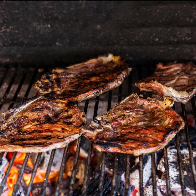Vorbereitete rustikale rindfleischfilets im grill Kostenlose Fotos