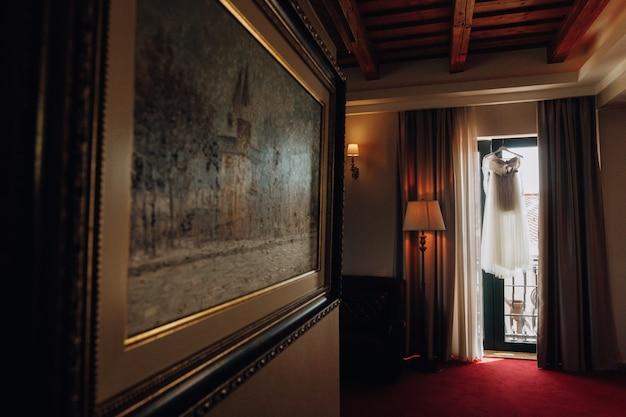 Vorbereitetes hochzeitskleid in einem leeren raum des hotels Kostenlose Fotos