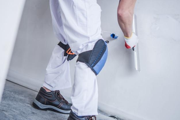 Vorbereitung der wand für die malerei Kostenlose Fotos