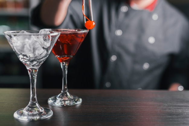 Vorbereitung eines erfrischenden cocktails in einer bar Kostenlose Fotos