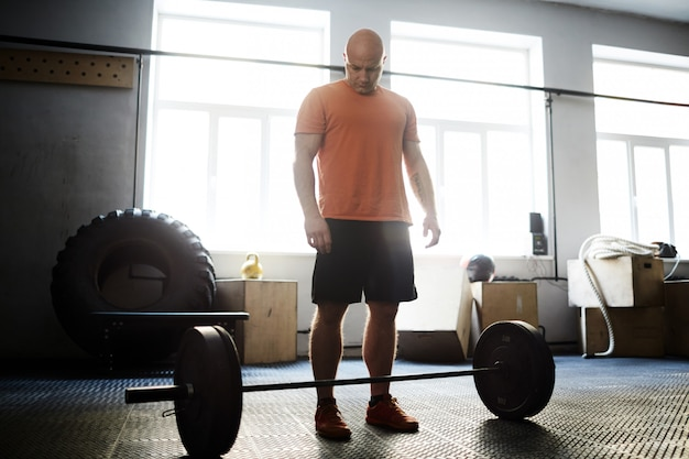 Vorbereitung für kreuzheben im fitnessstudio Kostenlose Fotos