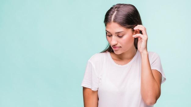 Vorbildliche aufstellung des brunette mit weißem t-shirt Kostenlose Fotos