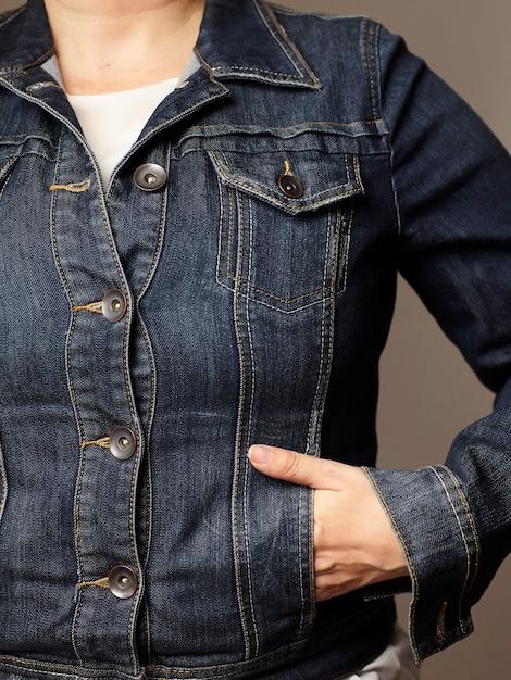 Vorbildliche details, die blaue denimjacke tragen Kostenlose Fotos