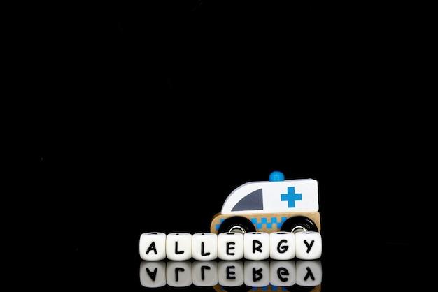 Vorbildlicher krankenwagen und alphabetbuchstaben Premium Fotos