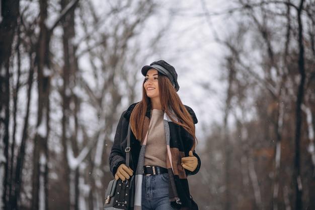 Vorbildliches gehen des jungen mädchens in winterpark Kostenlose Fotos