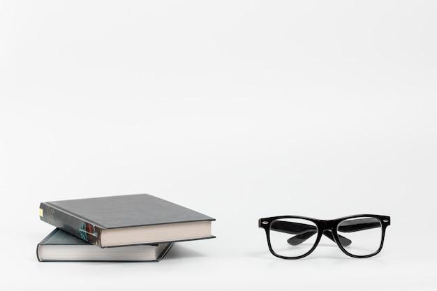Vorderansicht bücher mit brille Premium Fotos