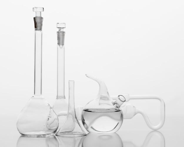 Vorderansicht chemikalienzusammensetzung im labor mit kopienraum Kostenlose Fotos