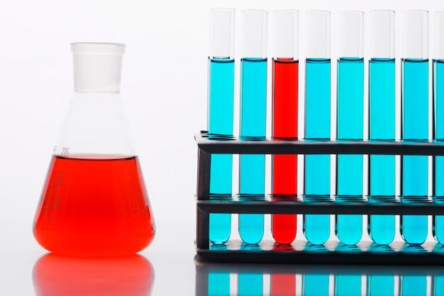 Vorderansicht chemikalienzusammensetzung im labor Kostenlose Fotos