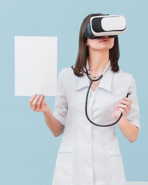 Vorderansicht der ärztin mit virtual-reality-headset und leerem papier Kostenlose Fotos