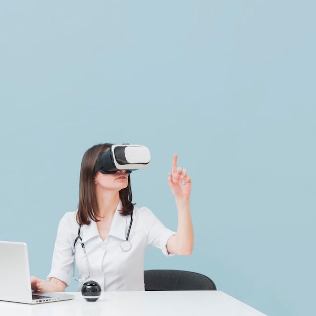 Vorderansicht der ärztin unter verwendung des virtual-reality-headsets Kostenlose Fotos