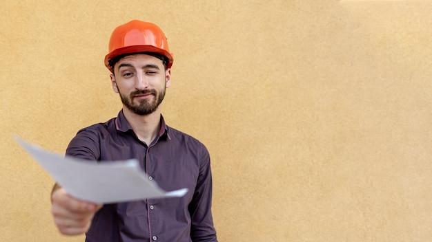 Vorderansicht der arbeitskraft schaltplan halten Kostenlose Fotos
