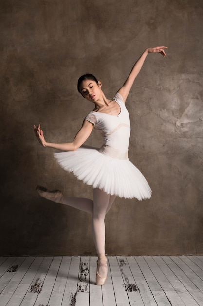 Vorderansicht der ballerina, die ein tutu trägt Kostenlose Fotos
