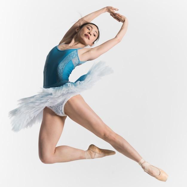 Vorderansicht der ballerina, die in einem tutu tanzt Kostenlose Fotos