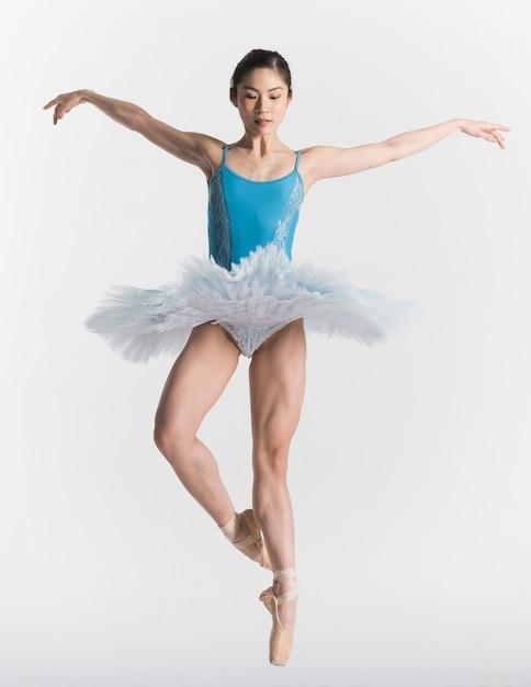Vorderansicht der ballerina im tutu-tanzen Kostenlose Fotos