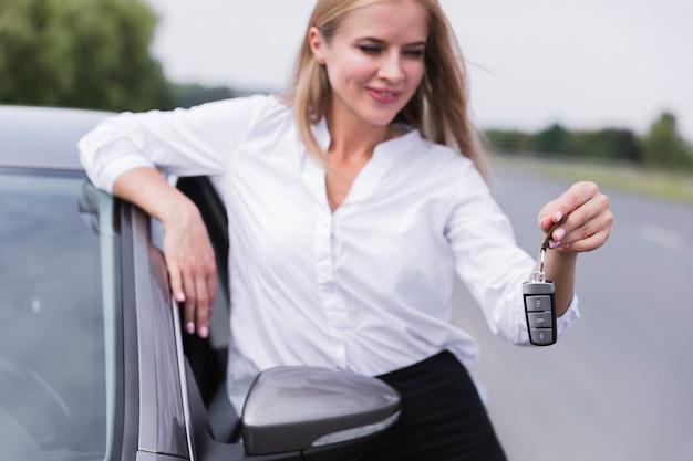 Vorderansicht der frau autoschlüssel halten Kostenlose Fotos