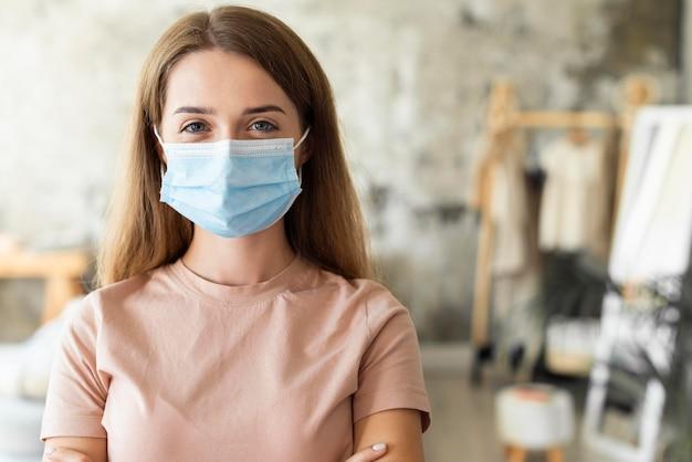Vorderansicht der frau, die medizinische maske mit kopienraum trägt Premium Fotos