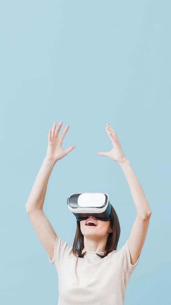 Vorderansicht der frau unter verwendung des virtual-reality-headsets mit kopierraum Kostenlose Fotos