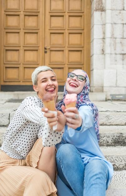 Vorderansicht der freunde, die eiscreme essen Kostenlose Fotos