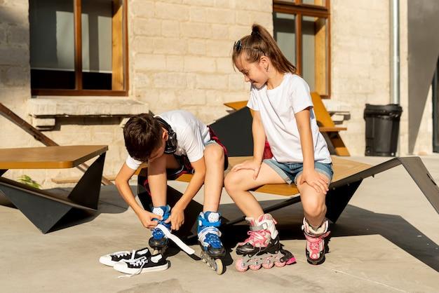 Vorderansicht der freunde mit inline-skates Kostenlose Fotos