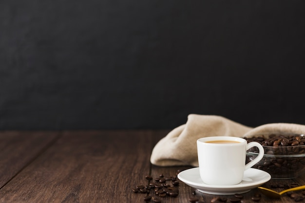 Vorderansicht der kaffeetasse mit stoff- und kopienraum Kostenlose Fotos