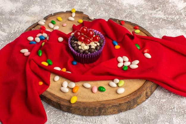 Vorderansicht der köstlichen schokoladenbrownies mit bonbons auf dem hellen hellen schreibtisch Kostenlose Fotos