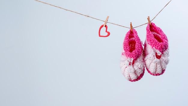 Vorderansicht der netten kleinen babyschuhe mit exemplarplatz Kostenlose Fotos