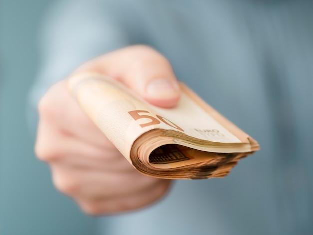 Vorderansicht der person, die geld hält Premium Fotos