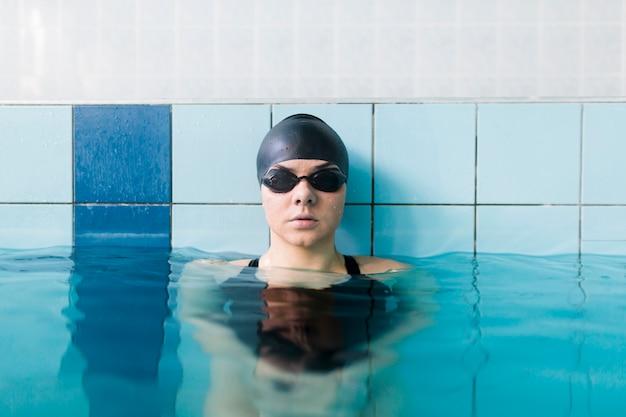 Vorderansicht der schwimmerin Kostenlose Fotos