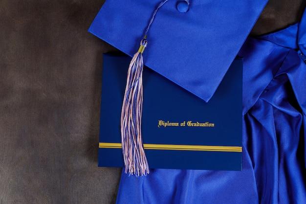 Vorderansicht des abschlusshutes und des diplomzertifikats Premium Fotos