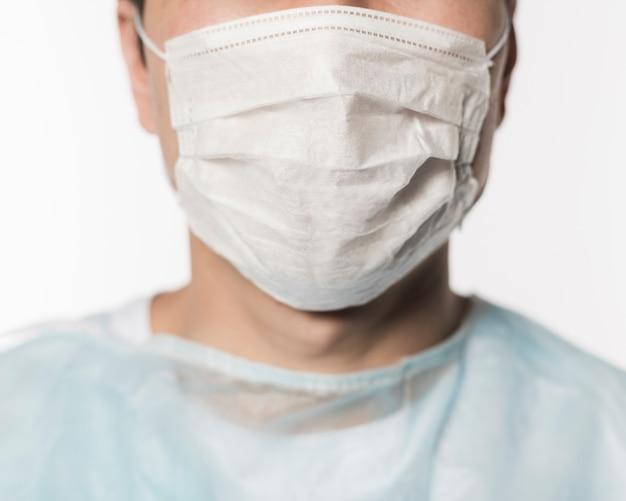 Vorderansicht des arztes, der medizinische maske trägt Kostenlose Fotos