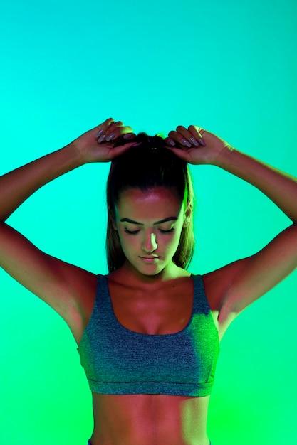 Vorderansicht des athleten ihr haar binden Kostenlose Fotos