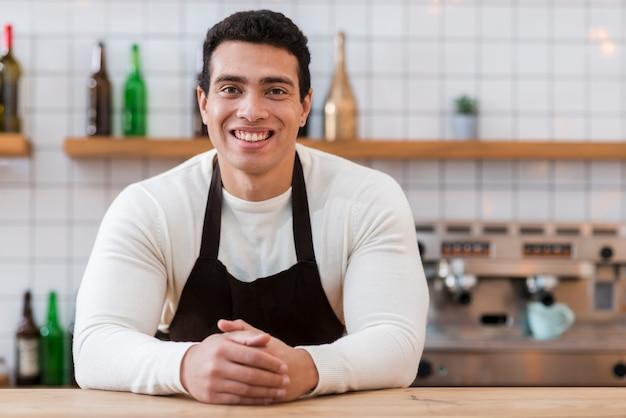 Vorderansicht des barista-jungen im café Kostenlose Fotos