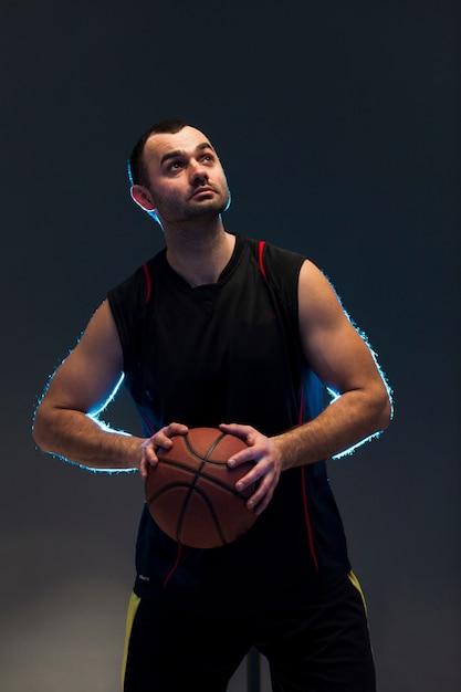 Vorderansicht des basketball-spielers ball mit beiden händen halten Kostenlose Fotos