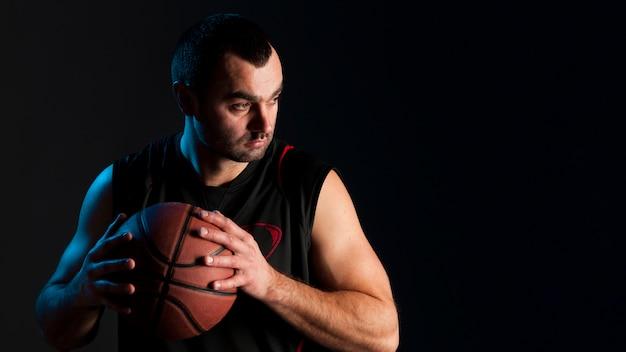 Vorderansicht des basketball-spielers ball mit kopienraum halten Kostenlose Fotos