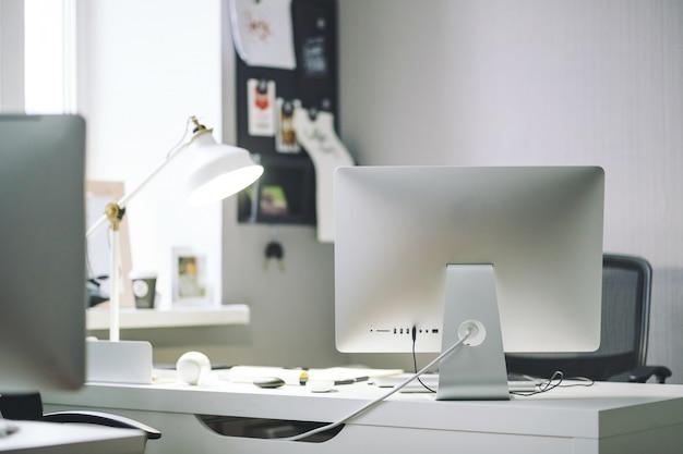 Vorderansicht des bequemen arbeitsplatzes im büro Kostenlose Fotos