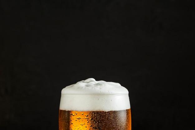 Vorderansicht des glases bier mit kopienraum Premium Fotos
