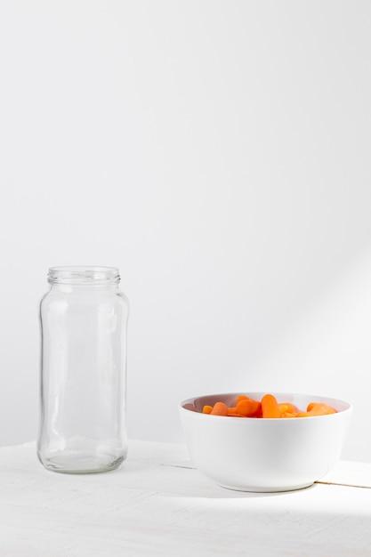 Vorderansicht des glases mit babykarotten zur konservierung Kostenlose Fotos