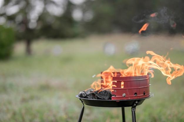 Vorderansicht des grills im freien mit kopierraum Kostenlose Fotos