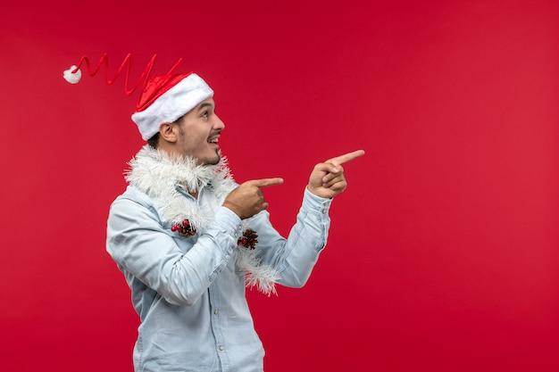 Vorderansicht des jungen mannes mit aufgeregtem ausdruck auf roter wand Kostenlose Fotos