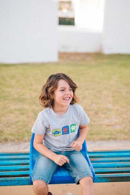 Vorderansicht des jungen sitzend im stuhl Kostenlose Fotos