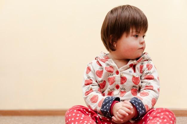Vorderansicht des kindes mit down-syndrom und kopierraum Premium Fotos