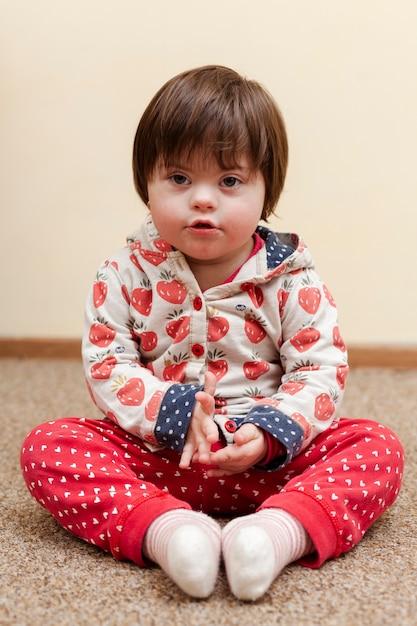 Vorderansicht des kindes mit down-syndrom Premium Fotos