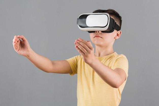 Vorderansicht des kindes unter verwendung des virtual-reality-headsets Kostenlose Fotos