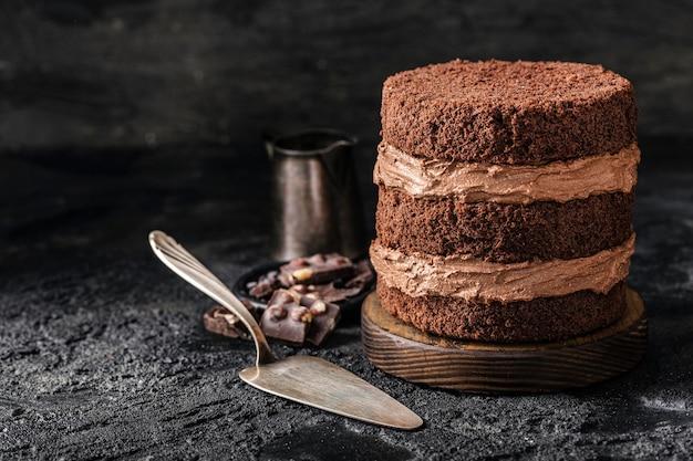 Vorderansicht des köstlichen schokoladenkuchenkonzepts Kostenlose Fotos